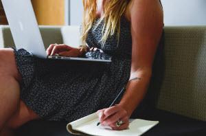 Vrouw werkt aan computer